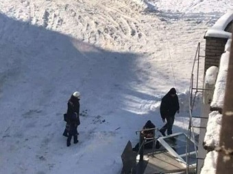 У Володимирі на жінку впали вхідні двері з відділення Приватбанку