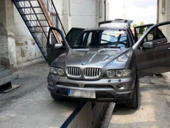 На кордоні конфіскували «BMW Х5» за контрабандні сигарети