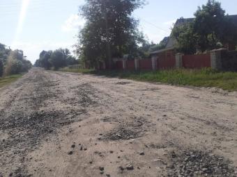 Жителі двох сіл на Волині за власні гроші лагодять дороги