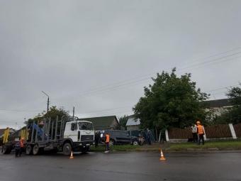 У Володимирі позашляховик Mitsubishi пошкодив електроопору та влетів у паркан