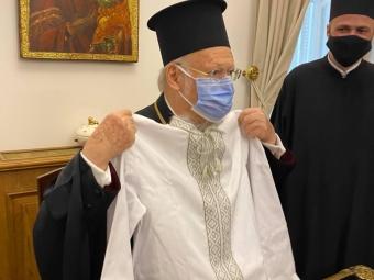 Єпископ Матфей подарував вишиванку Вселенському Патріарху