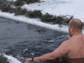 Військовослужбовці 14 бригади пірнали в освячену ополонку на Луганщині