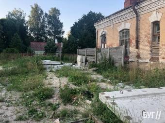 У Володимирі мешканці скаржаться на наркопритон у недобудованій казармі