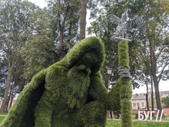 У сквері Володимира встановили зелені унікальні скульптури