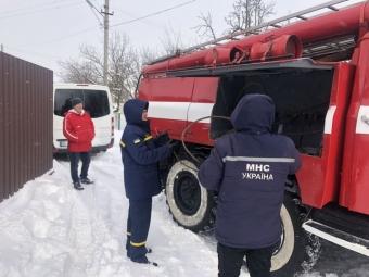 Володимирські рятувальники витягнули авто зі снігового замету