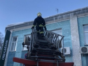Рятувальники очистили від бурульок дах приміщенні Ощадбанку у Володимирі