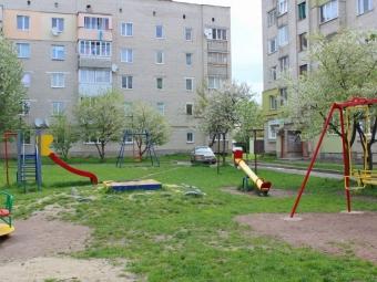 У Володимирі ремонтують дитячі майданчики