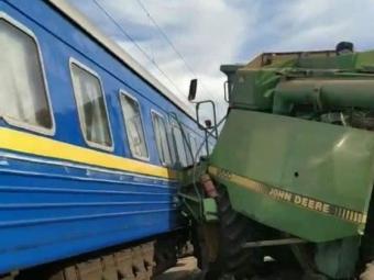У потяг, що прямує через Володимир, в'їхав комбайн