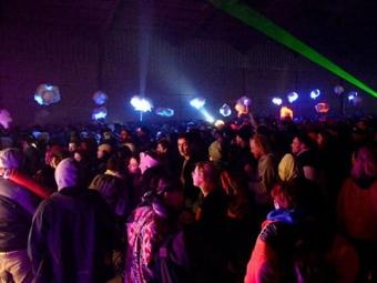 Французька поліція вже добу не може розігнати масштабну підпільну вечірку