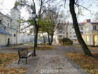 У сквері Володимира кронують та зрізують дерева