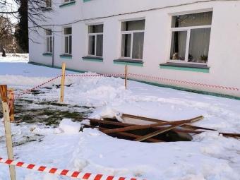В центрі Володимира обвалилася земля, видніється старовинна цегла
