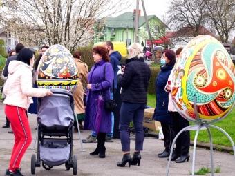 "У Володимирі встановили алею писанок у парку ""Слов'янський"""