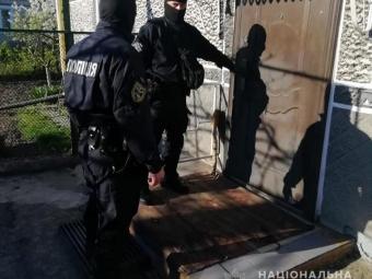 У Володимирі поліція провела масштабні обшуки під час яких знайшли наркотики, зброю та крадені речі