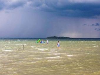 На Світязі через сильний вітер 19 людей віднесло від берега