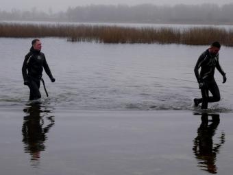 Ігор Гузь та Сергій Венгер перепливли зимове озеро Сомин
