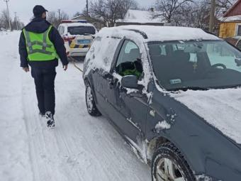 Володимирські поліцейські допомагають водіям, що потерпають від негоди