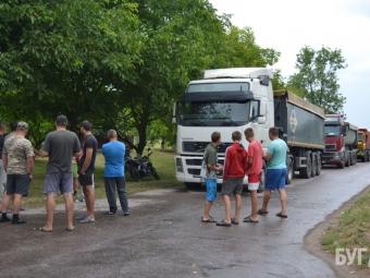 Мешканці Бужанки протестували проти фур із породою, які руйнують дорогу