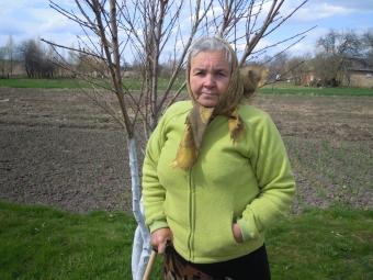 Лідія Іванівна біля персика, посадженого сином.
