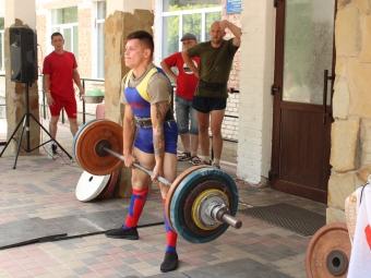 Переможець змагань зі станової тяги на фестивалі «Оваднівська спека» володимирчанин Віктор Смичук підняв штангу, що втричі перевищувала його вагу