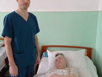 Підопічна відділення стаціонарного догляду для постійного проживання Лідія Приймак з лікарем Ярославом Тарадюком.