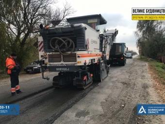 З освітленням, пішохідною доріжкою та автопавільйонами: ремонтують дорогу Війниця – Локачі