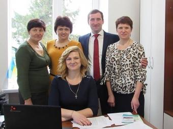 Ольга Антонюк (перша праворуч) разом із сільським  головою В'ячеславом Католиком та колегами -  працівниками ЦНАПів Зимнівської громади.