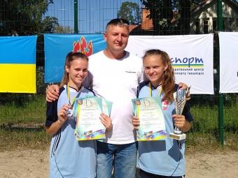 Переможниці чемпіонату України Софія Брилюк та Мар'яна Кліщук разом із тренером Миколою Шевчуком.